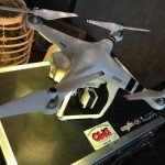 Quadrocopter DJI Phantom 2 auf Koffer