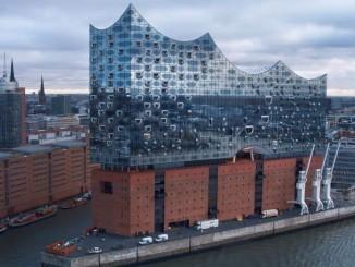 Mit Drohnen durch die Elbphilharmonie Hamburg fliegen